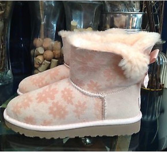 1faf9fbf96a UGG Kids Pink Mini Bailey Bow Flower Boot Size 3 NWT